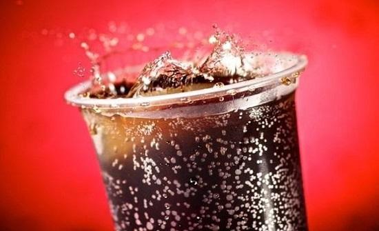 عند شرب المشروبات الغازية.. هذا مايحدث لجسمك