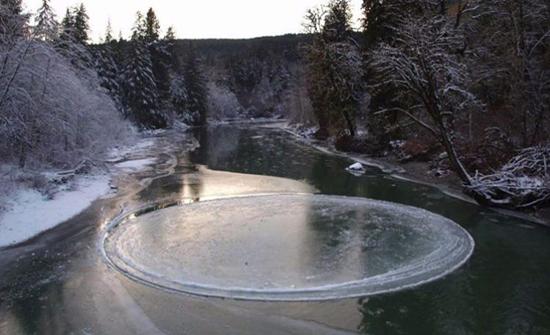 شاهد: ظاهرة نادرة.. تَشكُّل قرص جليدي فوق بحيرة مجمدة في أمريكا