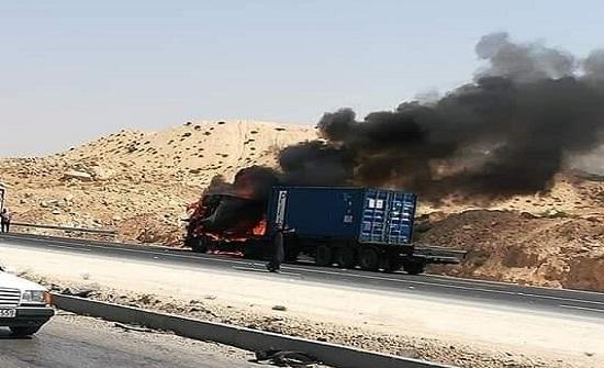 بالفيديو : شاهدوا كيف احترقت شاحنة على الطريق الصحراوي