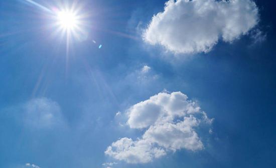 الخميس :  بقاء درجات الحرارة أعلى من مُعدلاتها وأجواء حارة نسبياً