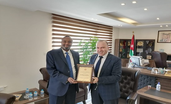 الشؤون الفلسطينية تكرم مدير عمليات الاونروا في الأردن