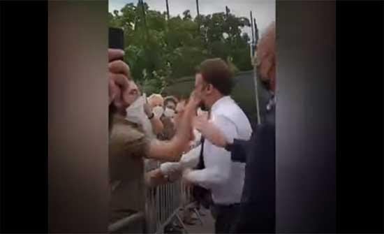 ماكرون يتلقى صفعة في اعتداء خلال رحلة داخلية .. بالفيديو