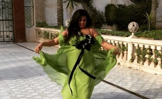 شاهدوا فيفي عبده تثير الجدل برقصها أمام منزلها