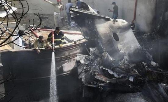 """""""لم أر سوى النار لكنني سمعت صراخ الآخرين"""".. شهادة ناج من كارثة طائرة كراتشي .. بالفيديو"""