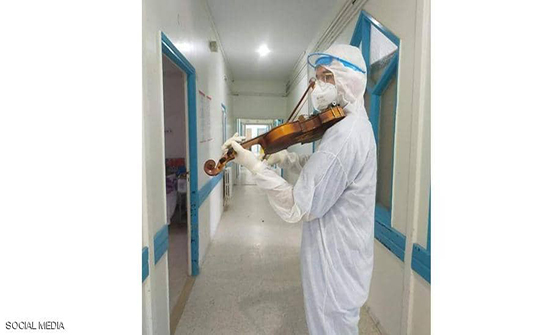 بالفيديو .. طبيب تونسي يعزف الألحان للمرضى المعزولين
