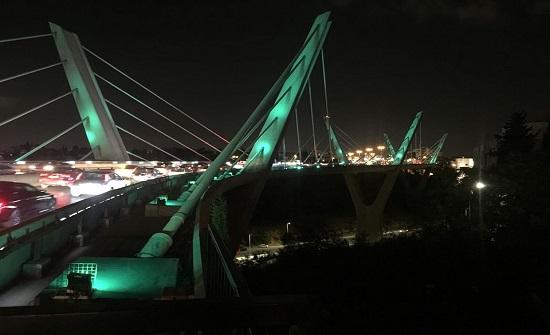 جسر عبدون يتوشح بالأخضر بمناسبة اليوم الوطني السعودي - صور