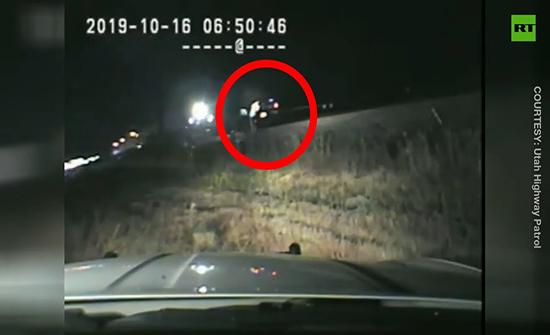 فيديو : إنقاذ سائق من أمام قطار باللحظة الأخيرة في امريكا