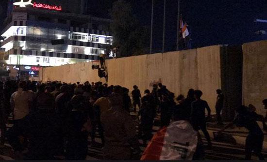 بالفيديو : مئات المتظاهرين يحاصرون القنصلية الإيرانية في العراق يطالبون بطرد البعثة الدبلوماسية
