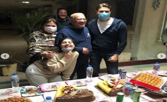 أحمد عز يحتفل بعيد ميلاد صلاح عبدالله .. وأهداه زجاجة كحول طبي