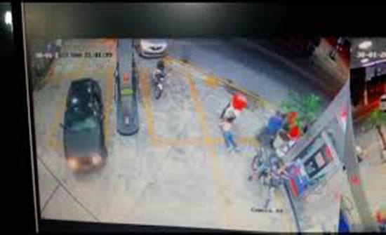 لحظة اعتداء سائق دليفري على امرأة بالضرب داخل محطة وقود (فيديو)