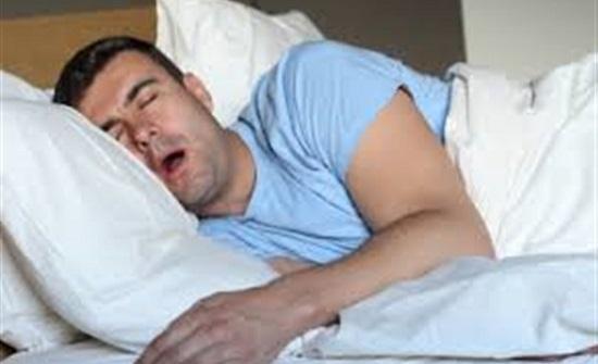 طبيب روسي: تسبب النوم على الجانب الأيسر في أمراض القلب خرافات