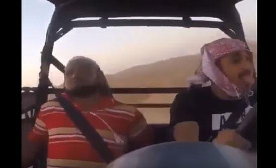 لحظة انقلاب سيارة أكثر من مرة يستقلها شابان (فيديو)