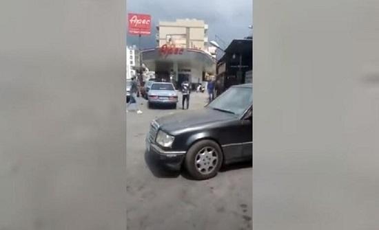بالفيديو : لبنان.. (حرب) بسبب خلاف على الدور في محطة الوقود