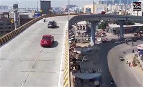 لحظة سقوط سيارة من أعلى جسر على رؤوس المارة في الهند  (فيديو)