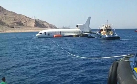 إغراق هيكل طائرة في خليج العقبة لتعزيز سياحة الغوص