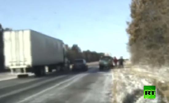 بالفيديو : معجزة على الجليد.. شاحنة تنزلق وتكاد تسحق 3 أشخاص في امريكا