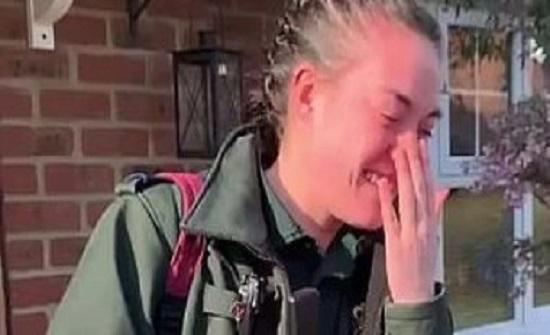 مسعفة بريطانية تبكى بعد خروج جيرانها للتصفيق لها لمواجهتها كورونا.. فيديو
