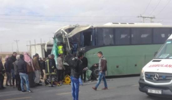 صور : عشرات الإصابات بحادث تصادم مروع على الصحراوي