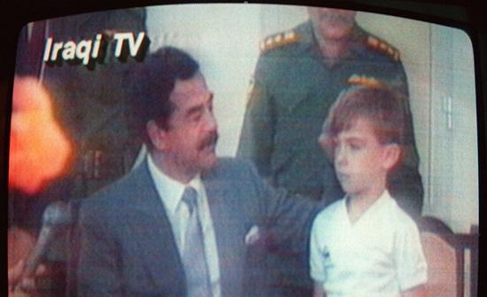 """هذه قصة الطفل الذي """"ركل"""" صدام حسين!"""