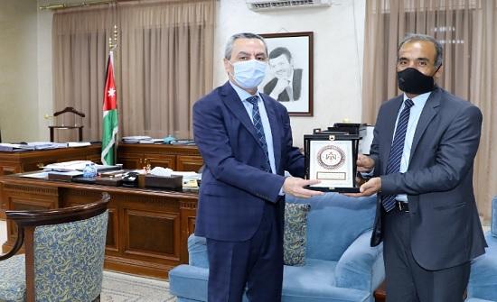 وزير التربية يكرم معلما لتأهله للمرحلة النهائية لجائزة محمد بن زايد