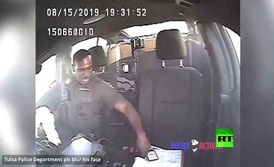بالفيديو : شرطي أمريكي يفقد السيطرة على سيارته بسبب هاتفه
