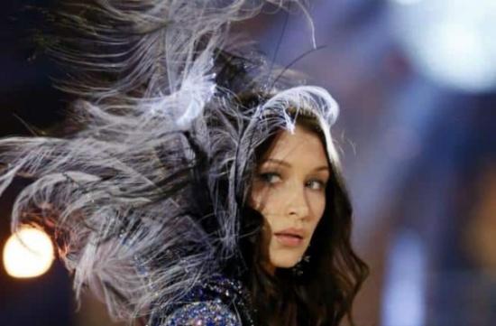 بالصور: بيلا حديد تتعرض لموقف محرج.. وفستانها ينزلق على خشبة المسرح!