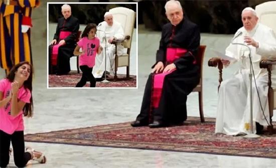 شاهد: طفلة تقاطع البابا وترقص أمامه وتتمايل بالفاتيكان
