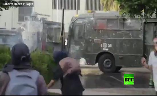 بالفيديو : اصطدام حافلة ومدرعة في تشيلي