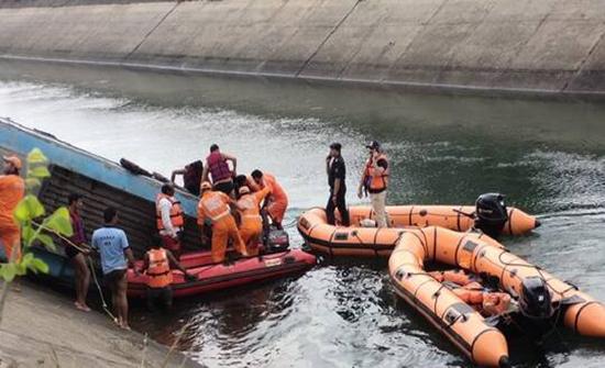 الهند.. مصرع 47 شخصا بحادث غرق حافلة في قناة مائية (صور + فيديو)