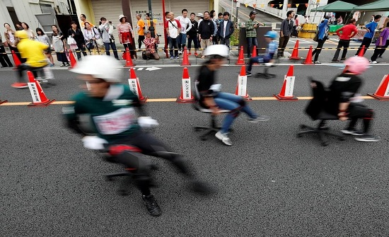 بالصور : سباق كراسي المكاتب في اليابان