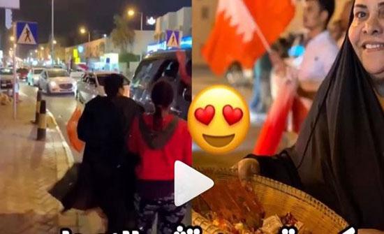 بالفيديو: سيدة بحرينية توزع الحلوى في الشارع احتفالاً بفوز منتخب بلادها بخليجي 24