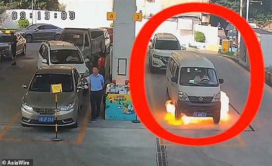 شاهد: رجل ينجو من الموت بأعجوب بعد اشتعال سيارته داخل بنزينة في الصين