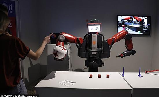 تطوير روبوت بذراعين لمساعدة المرضى على ارتداء ملابسهم