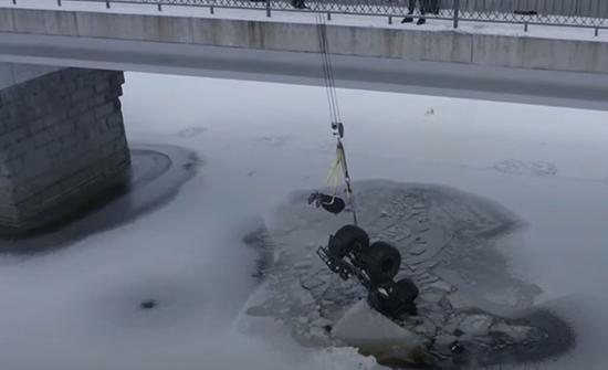فيديو: نجاة سائق سقط تحت الجليد بفضل دراجته