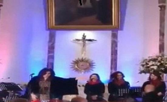 """شاهد: مطربة لبنانية تشعل مواقع التواصل بغنائها """"طلع البدر علينا"""" داخل كنيسة !"""