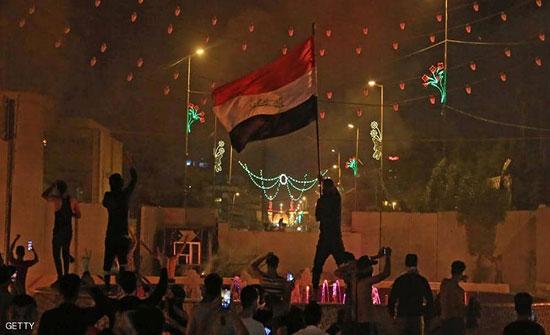 فيديو.. متظاهرون يحاصرون قنصلية إيران في كربلاء