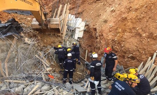 انتشال الجثة الثالثة من تحت الانقاذ اثر انهيار جدار استنادي في البيادر -صور
