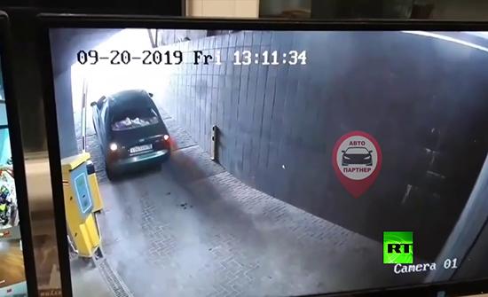 شاهد : معركة بين سائق و حاجز مرآب في جمهورية القرم
