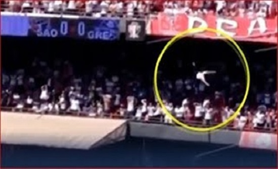لحظة سقوط مشجع من أعلى مدرج بملعب كرة قدم (فيديو)