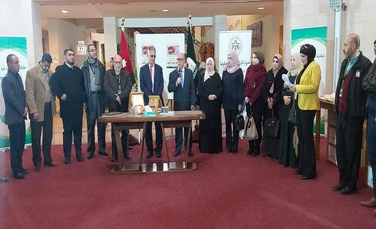 جامعة اليرموك تُهدي 4 آلاف كتاب لمدارس الرمثا
