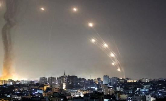 بمشاركة الملك : قمة رئاسية ثلاثية بباريس تدعو لوقف التصعيد العسكري على غزة