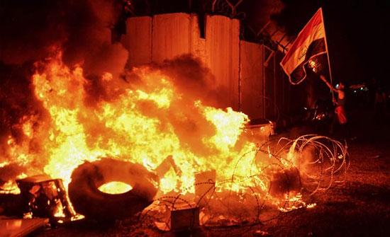 بالفيديو : متظاهرون عراقيون يضرمون النار في القنصلية الإيرانية بالنجف