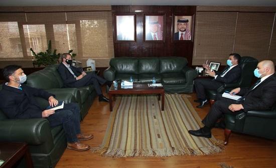 وزير المياه: يؤكد أهمية مراجعة استراتيجية مشاريع الاستجابة للجوء السوري