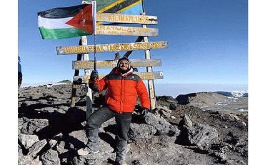 محمد الصباغ مغامر اردني يتسلق أعلى جبل في افريقيا ويضع العلم الأردني عليه