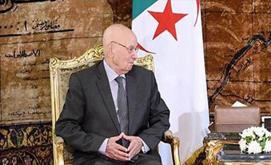 """الجزائر.. الرئيس المؤقت يمنح """"محاربي الصحراء"""" أعلى وسام وطني"""