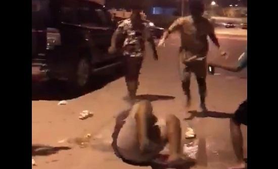 بالفيديو : في عُمان...  16 مراهقاً مسحوا بكرامة شخص الأرض والشرطة تتدخل