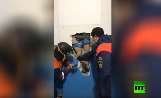حذاء ينقذ رجلا سقط في أنبوب تهوية عمقه 30 مترا - فيديو