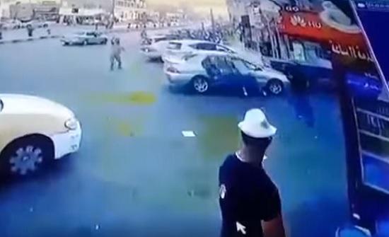 بالفيديو : شاهدوا كيف لاحق شاب سيارة في الرصيفة وطعن الموجودين فيها