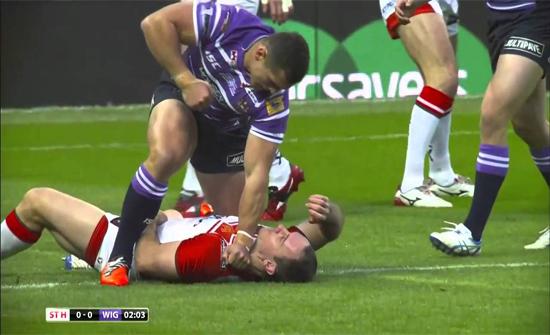 بالفيديو : مباراة تتحول إلى معركة عنيفة بين اللاعبين في ويلز