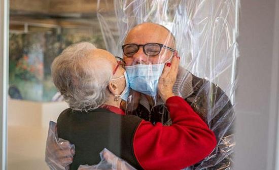 غرفة للعناق الآمن في دور المسنين بإيطاليا